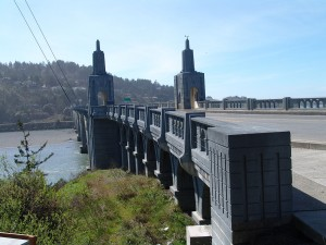 The Rogue River bridge stands in Gold Beach, Oregon. Credit: Yurivict/CC BY-SA 3.0