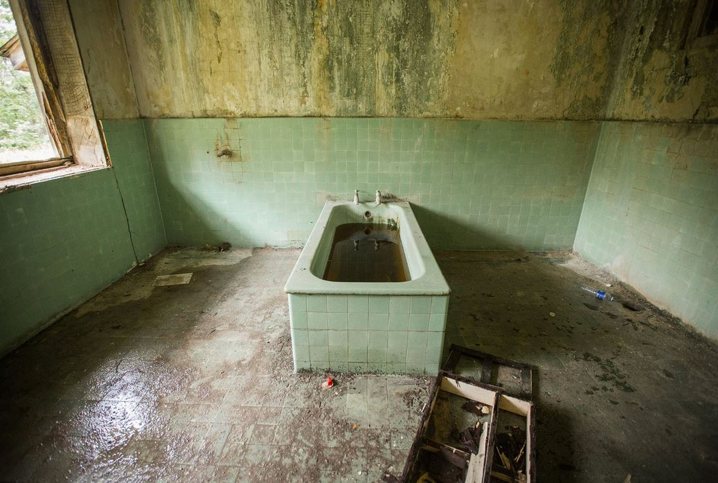 A bathtub inside a building in Istana Woodneuk.